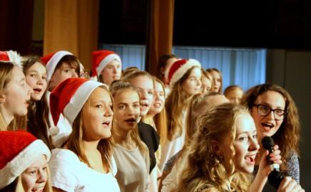 """Akimirkos iš 7-ų klasių Kalėdinės popietės """"Magiškos nykštukų istorijos"""""""